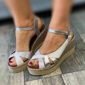 Très jolie sandale compensée de Lune&l'Autre. Existe aussi en harmonie de kaki.😍💛❤ www.balka.fr