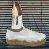 GAIMO propose le modèle Ruleta, une jolie espadrille zippée en cuir très souple blanc cassé, à associer à vos jeans ou à vos robes longues 🤩💛😍 #fashion #espadrilles #womenshoes